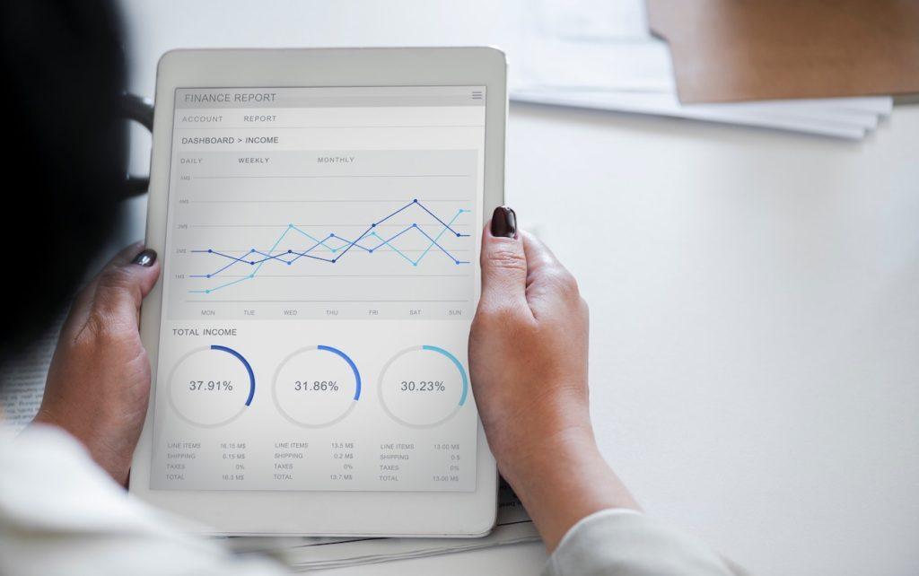 Eine Sales Managerin analysiert den Erfolg einer Kampagne
